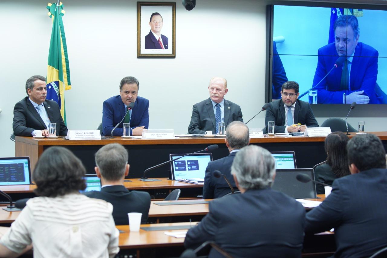 Aécio durante audiência pública na Câmara com a  Confederação Nacional dos Municípios e Frente Nacional dos Prefeitos