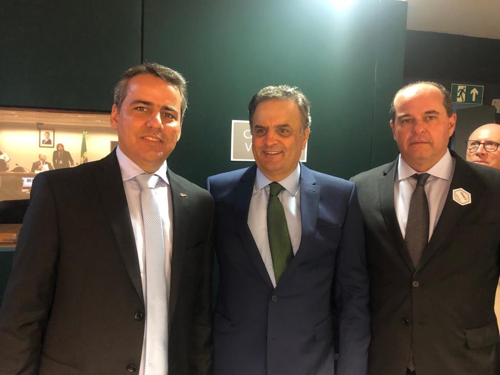 Aécio com o presidente da AMM e prefeito de Moema, Julvan Lacerda, e o prefeito de Governador Valadares, André Merlo