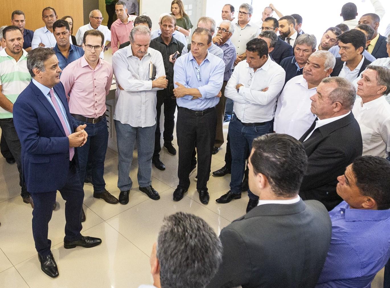 Aécio reúne-se com prefeitos e lideranças municipais em Belo Horizonte