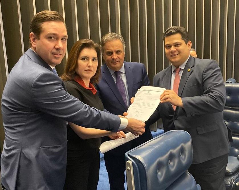 Entrega ao presidente do Senado do relatório substitutivo da PEC 48/2019, elaborado pelo deputado Aécio Neves e aprovado, hoje, em Comissão Especial da Câmara dos Deputados.