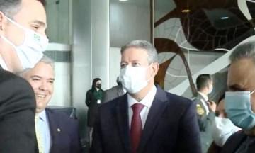 Aécio ao lado do presidente do Senado, Rodrigo Pacheco, e do presidente da Câmara, Arthur Lira, durante encontro com o presidente da Colômbia, Iván Duque